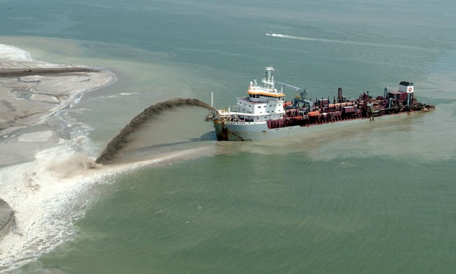 Photo Hopper Dredger Projecting Sand